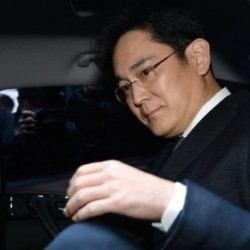 Samsung Group chief, Jay Y. Lee, leaves for the Seoul Central District Court at the office of the independent counsel in Seoul